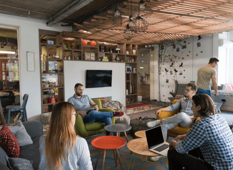 Profesionistas en una oficina moderna