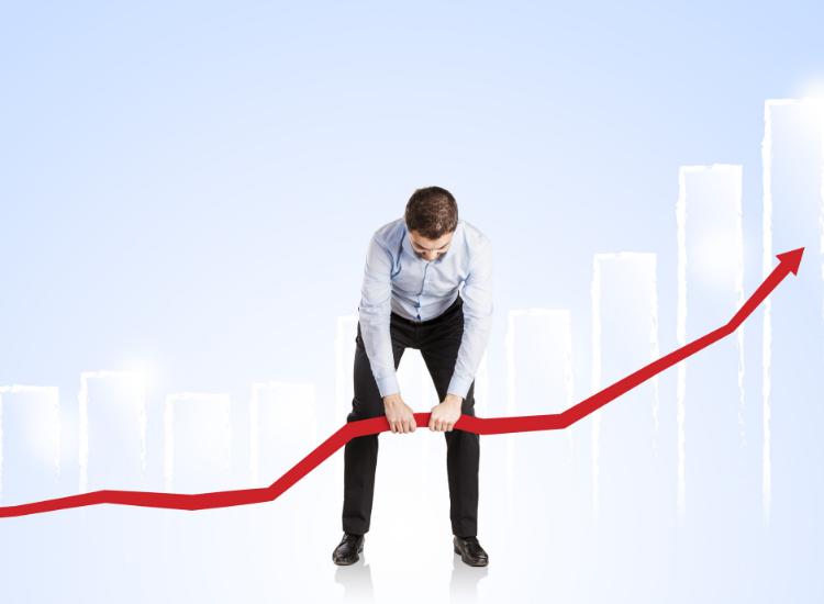 Profesional de ventas mejorando la gráfica del pronóstico de ventas.